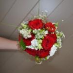 Brautstrauß mit roten und weißen Blumen