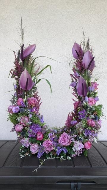 Gesteck mit violetten Blumen