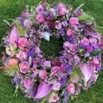Trauerkranz mit violetten Blumen