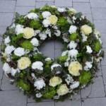 Trauerkranz mit weißen und gelben Blumen
